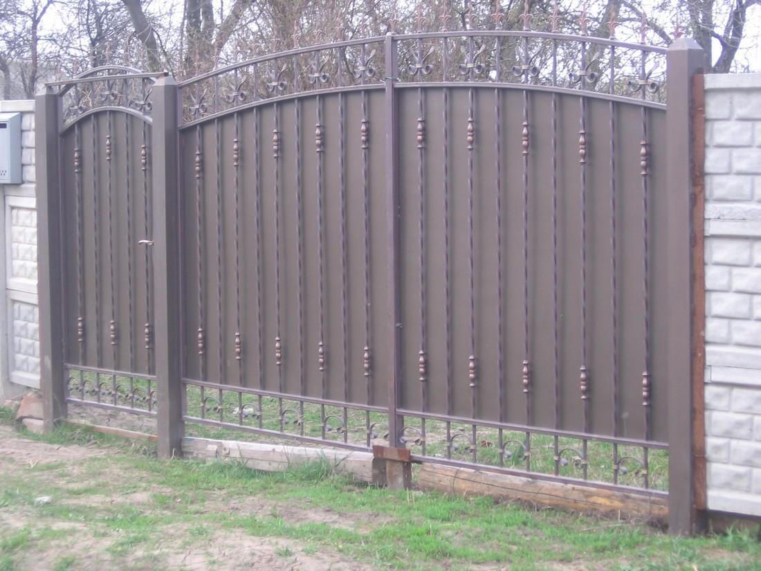 въездные ворота в саду